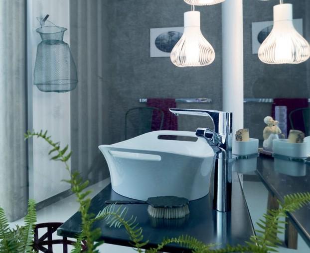 baterie łazienkowe w łazience projektu Patrici Urquiola zestawione z nowoczesnym oświetleniem i przestrzenią wypełnioną paprociami