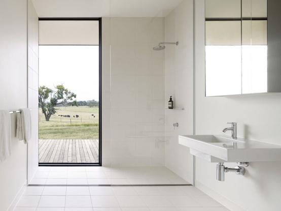 półotwarta minimalistyczna kabina prysznicowa z widokiem na zewnątrz