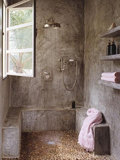 otwarta kabina prysznicowa, nietypowe materiały (zacierany beton, kamienie), stylizowane podtynkowe baterie w łazience z oknem