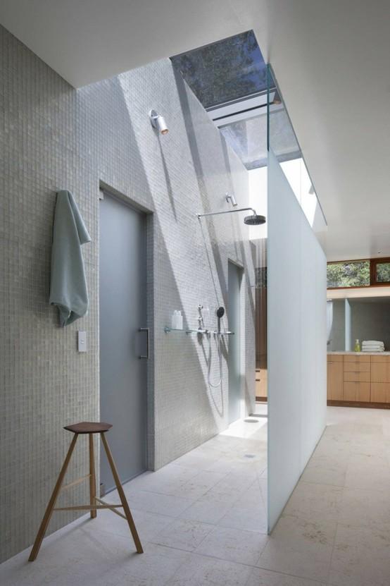 kabina prysznicowa za szklaną ścianą
