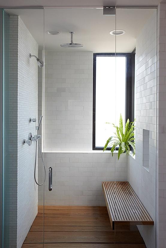 zamykana kabina prysznicowa z ławką wewnątrz, odpływ pod deskami