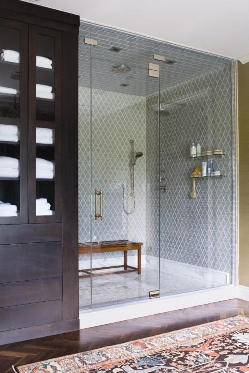 zamykana kabina prysznicowa w rystykalnym stylu z ławeczką wewnątrz