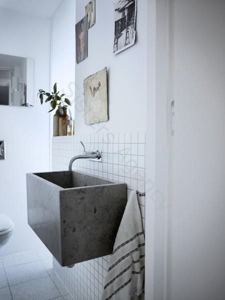 głęboka podwieszana umywalka z kamienia w jasnej łazience
