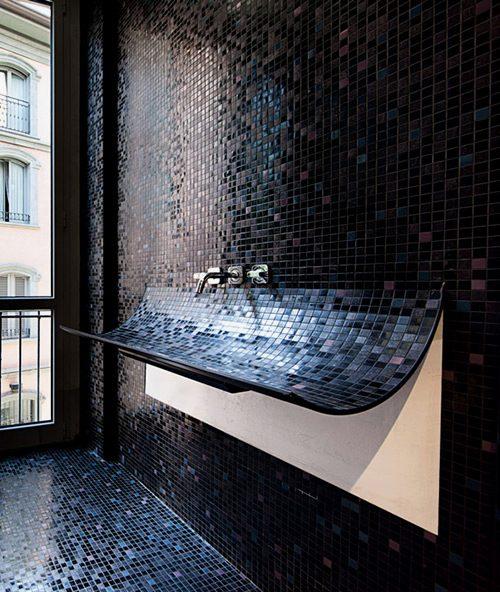 czarna mozaika łazienkowa stanowiąca przedłużenie umywalki