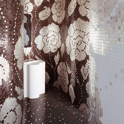 elegancka mozaika łazienkowa ułożona w kwiatowy wzór w kolorze beżu i kawy z mlekiem