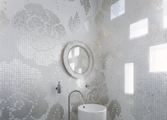mozaika łazienkowa w odcieniu bieli i srebra z lekkim połyskiem