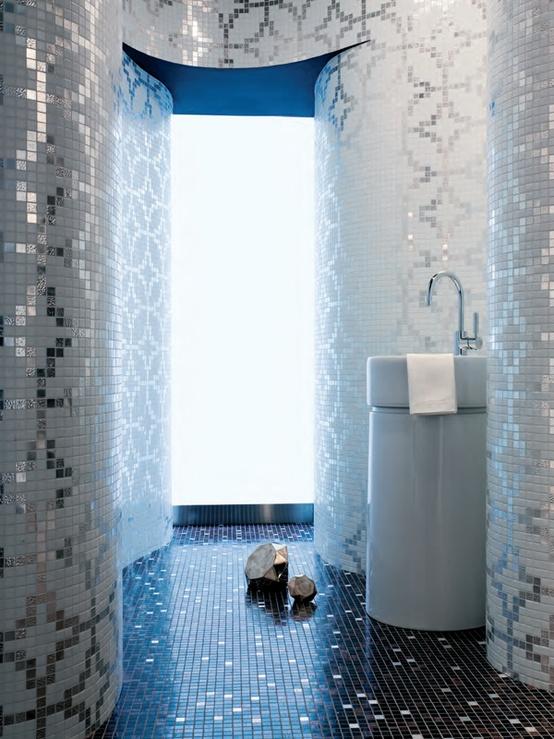 mozaika łazienkowa srebrna i niebieska w łazience z zaokrąglonymi ścianami