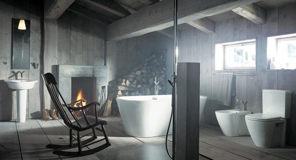 łazienka rustykalna w drewnie z mocnym elementem w postaci białej wolnostojącej na środku wanny i białego sanitariatu. Dodatkowo bujane krzesło i kominek