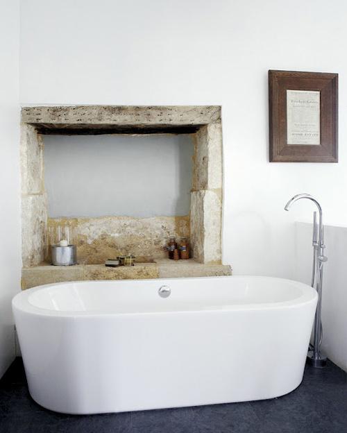 łazienka rustykalna to jasna łazienka łącząca ze sobą różne materia, drewno, kamień i surowy wygląd połączony z nowoczesną wolnostojącą wanną