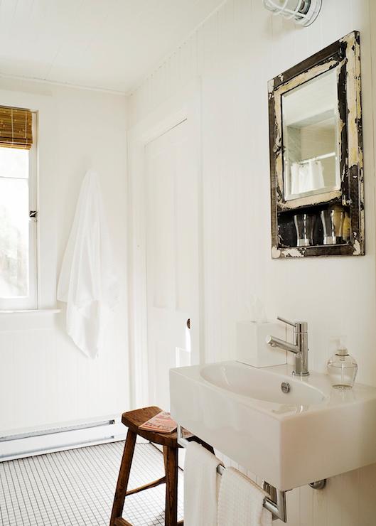 łazienka rustykalna w bieli z lustrem w przecieranym drewnie z nowoczesną umywalką