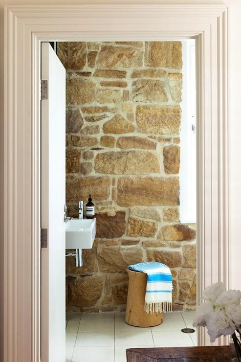 łazienka rustykalna w cegłach w kolorze kawy z mlekiem