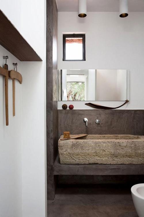 łazienka rustykalna z elementami drewna i kamienia