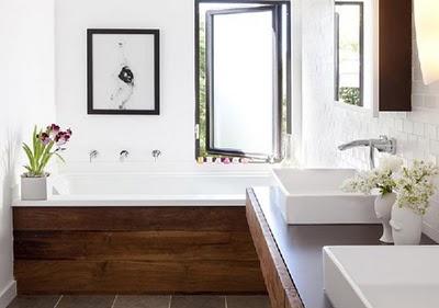 łazienka rustykalna z elementami drewna i cegły uzupełniona o nowoczesnym wyposażeniem i armaturą