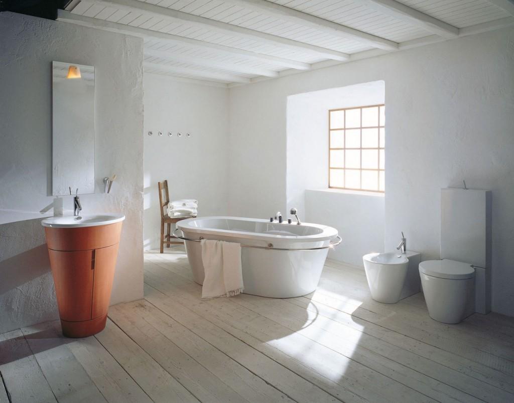Przestronna, jasna łazienka rustykalna z nowoczesnymi przyborami sanitarnymi.