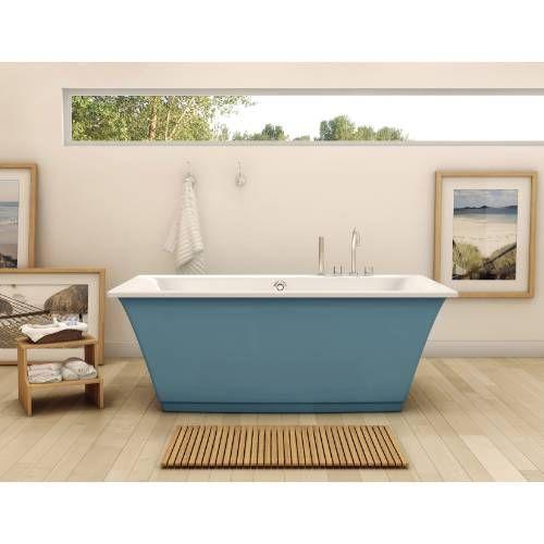 niebieska wanna wolnostojąca w jasnobeżowej łazience z podłużnym oknem i drewnianą podłogą
