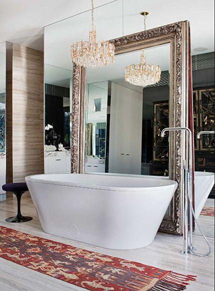 wanna wolnostojąca w pomieszczeniu z dekoracjami nowoczesnymi i starymi, stylizowanymi