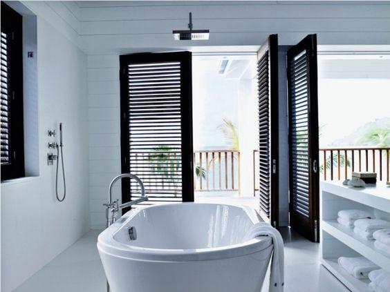 wana wolnostojąca z deszczownicą podwieszoną bezpośrednio nad nią w pomieszczeniu kąpielowym z oknami z żaluzjami w kolorze venge