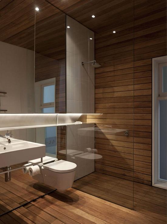 zastosowane drewno w łazience na podłodze i poszczególnych ścianach sprawia wrażenie cieplejszej w szczególności z punktowymi ledami w suficie