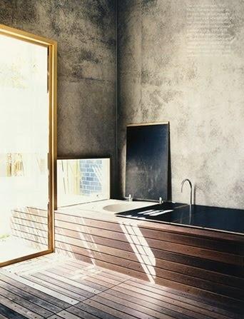 drewno w łazience - wykorzystanie drewna do zabudowy wanny łącznie z podłogą pozostawiając surowe ściany