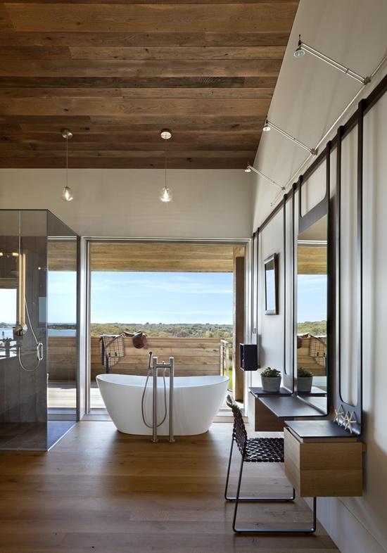 drewno w łazience na podłodze i na suficie uzupełniają dodatki w postawi mebli