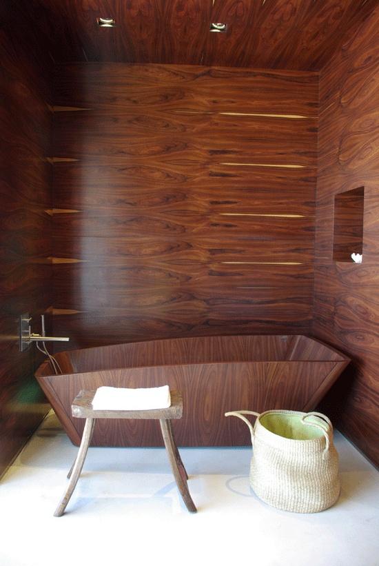 łazienka wyłożona drewnianymi panelami , z drewnianą wanną w tym samym stylu