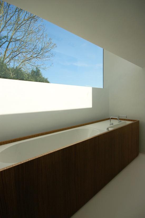 drewno w łazience zastosowane do obudowania wanny