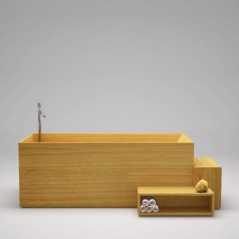 drewniana wanna z drewnianymi półkami na ręczniki