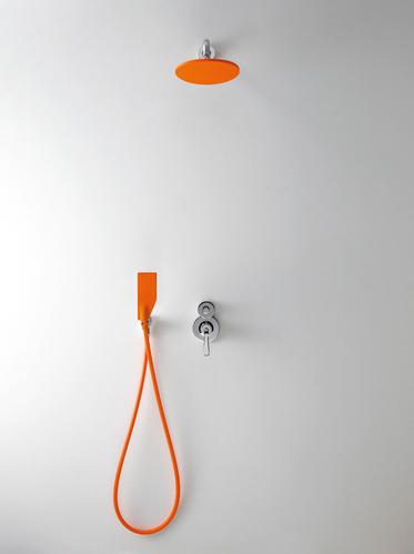 betonowa łazienka i pomarańczowy prysznic jako akcent