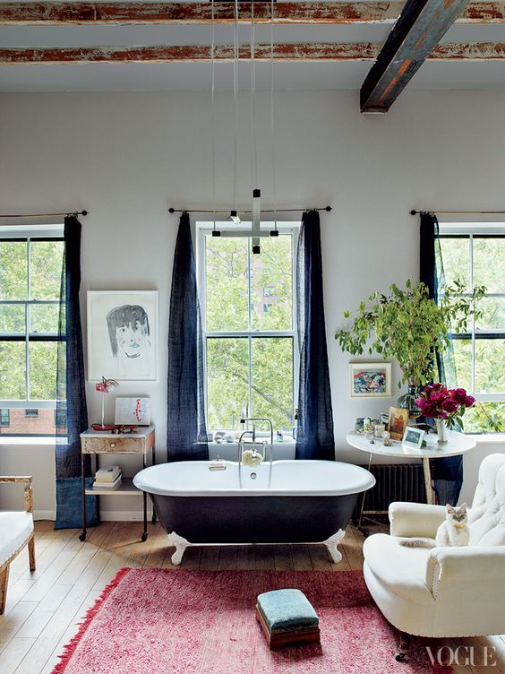 wanna retro w przestronnym pokoju z sufitem wykończonym drewnianymi belkami