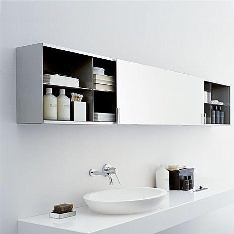 meble łazienkowe w postaci jednej długiej szafki podwieszanej nad blatem z umywalką z przesuwnymi drzwiami, które również mają funkcję lustra