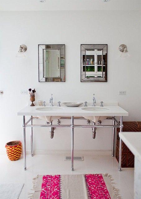 oświetlenie łazienkowe w formie kinkietów obok luster e w stylizowanej łazience