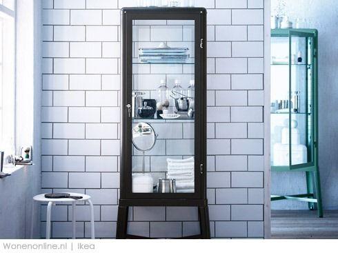 na meble łazienkowe składają się również witryny przeszklone powiększając optycznie tym samym powierzchnie łazienki i mieszcząc dużą ilość akcesoriów łaziekowych