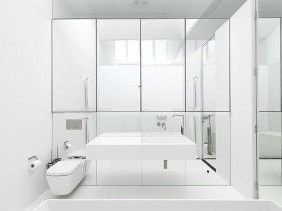 meble łazienkowe ukryte za lustrami na całej powierzchni ściany nad umywalką,