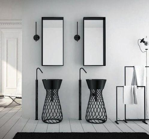 oświetlenie łazienkowe w formie podłużnych kinkietów w kolorze czerni tak samo jak reszta wyposażenia łazienki w tym plecione oryginalne umywalki