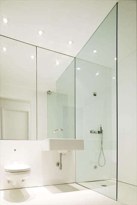 oświetlenie łazienkowe w formie halogenów rozmieszczonych wzdłuż ścianylustra