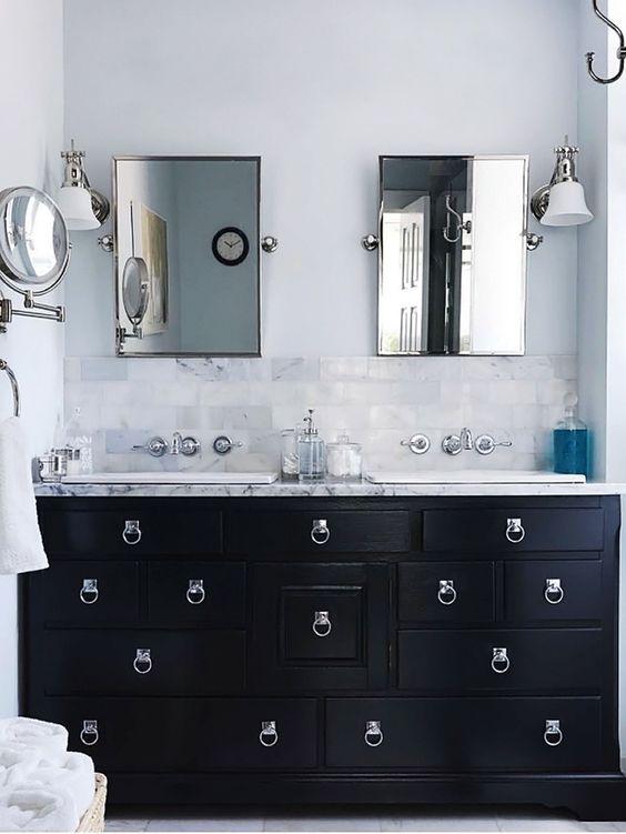 w stylizowanej łazience stylizowane meble łazienkowe z dużą ilością różnej wielkości szufladek udekorowanych przepięknym okuciem