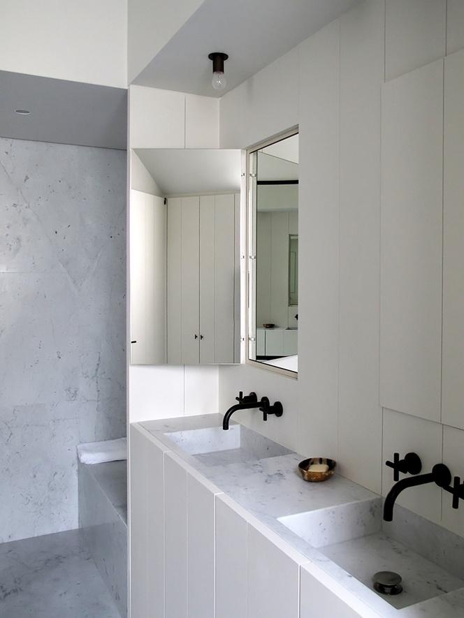meble łazienkowe w pełnej zabudowie w białych panelach pod umywalkami, z lustrem, które można zamknąć
