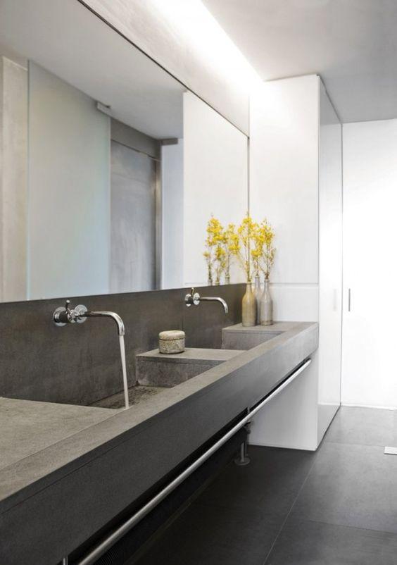 oświetlenie łazienkowe w postaci taśm led zamontowane w szczelinie sufitowej bezpośrednio na kamiennymi umywalkami wzdłóż tafli lustra