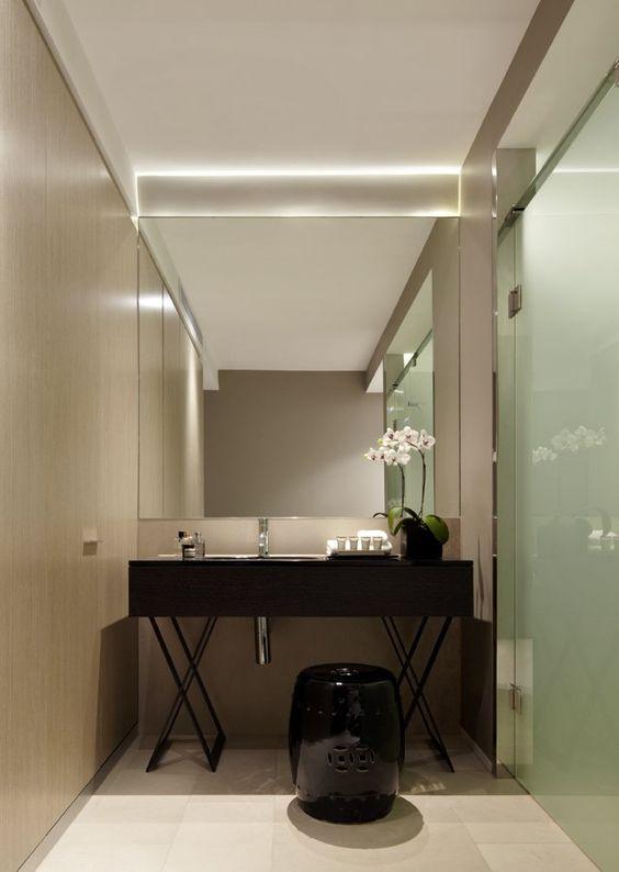 stolik pod umywalkę podlatową w zamian za meble łazienkowe w wąskiej łazience z prysznicem