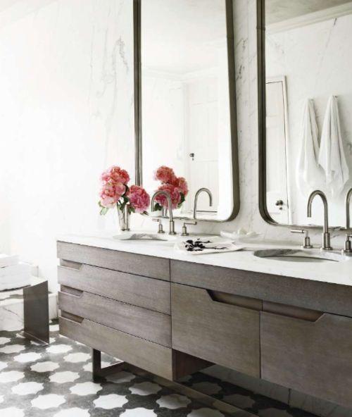 meble łazienkowe w formie szafek z szufladami pod umywalkami pięknej jasnej łazience z umywalkami wpuszczonymi w blad