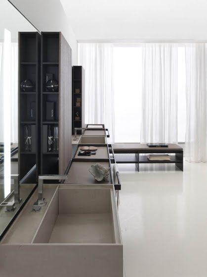 meble łazienkowe w zabudowie ciągłej z bocznymi półkami w pokoju kąpielowym z prostokątnymi umywalkami w kolorystyce kawy z mlekiem.