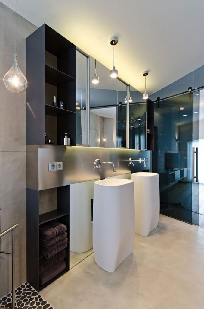 meble łazienkowe w postaci lustrzanych szafek zakończone bocznymi regalikami z półkami w kolorze venge.