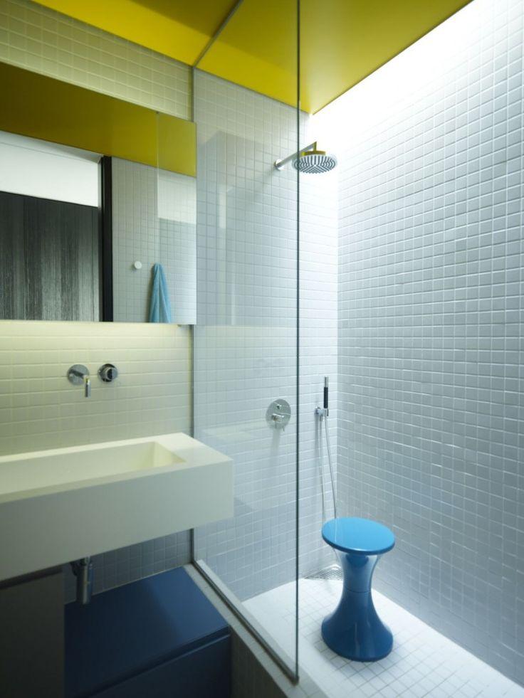 oświetlnie łazienkowe w postaci taśm ledowych zamontowane w szczelinie sufitu nad kabiną prysznicową oraz nad umywalką
