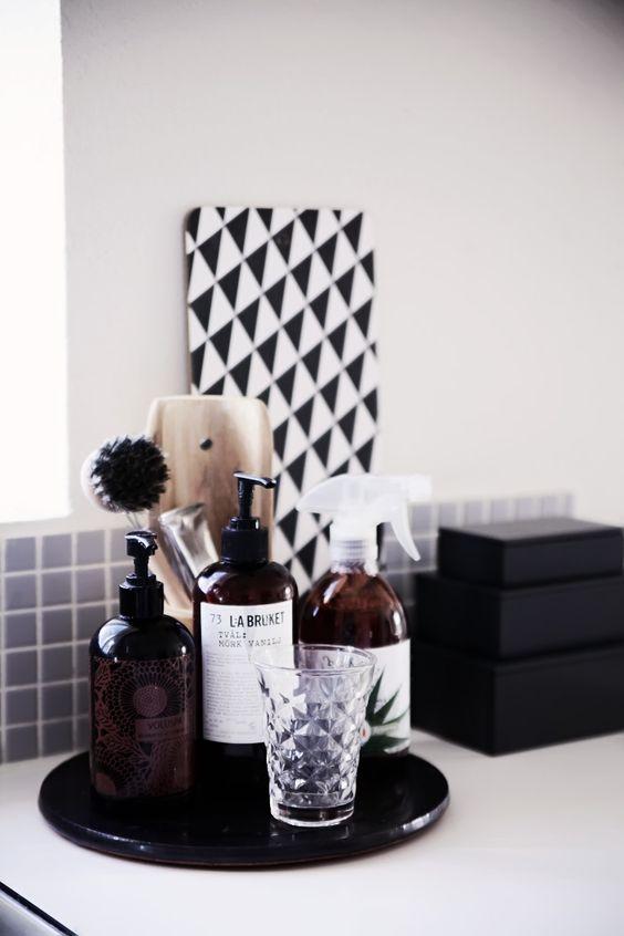 dekoracje do łazienki w postaci ładnych opakowań kosmetyków