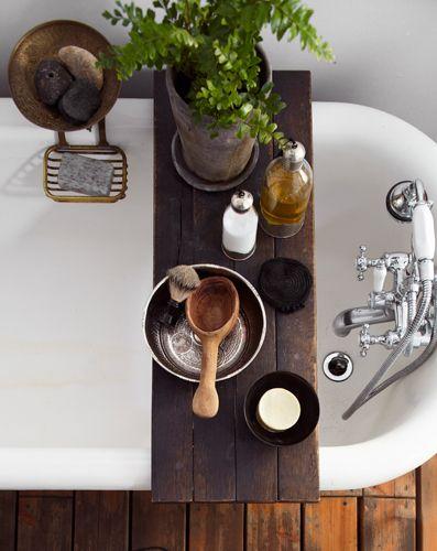 Dekoracje do łazienki sprawiają, że zwykła drewniana półka na stylizowanej wannie pokazuje jej charakter