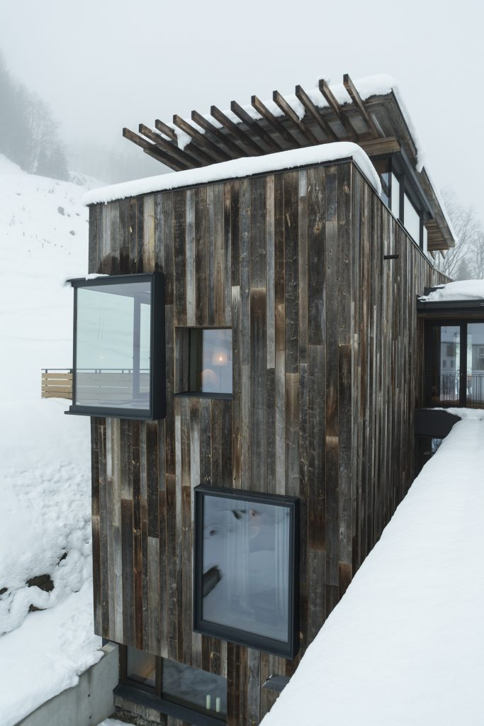 hotel Wiesergut w świetle dziennym w zimowym krajobrazie