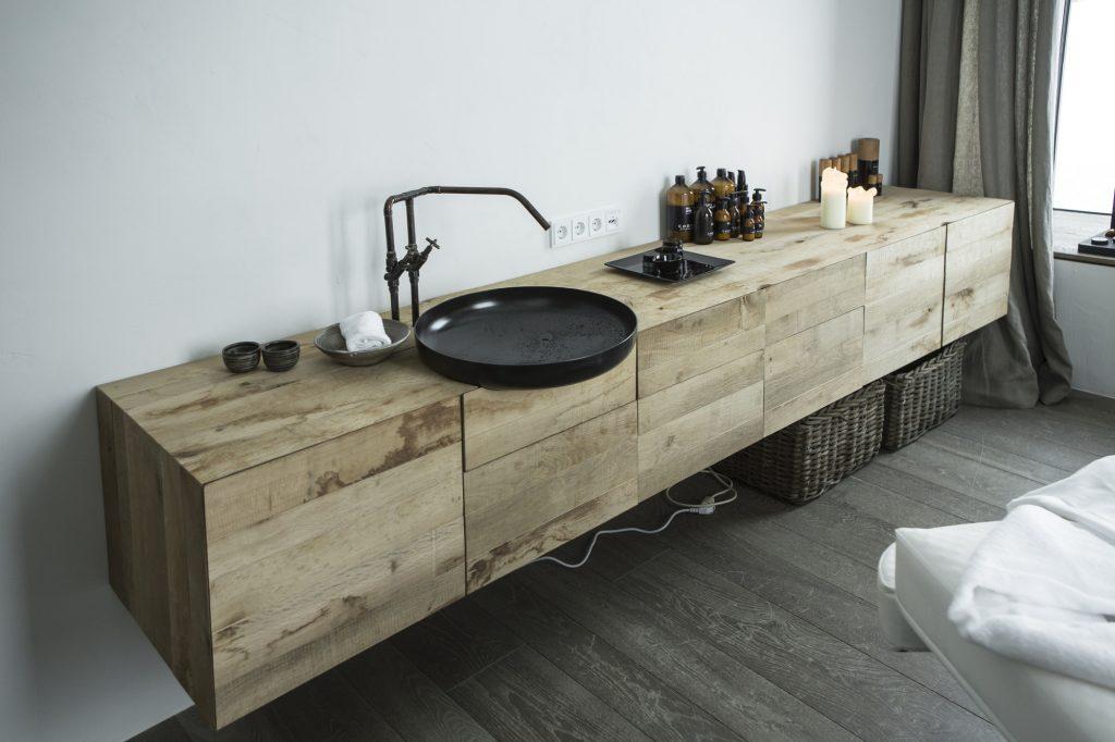 aranżacja łazienki hotelu wiesergut uzupełniona nowoczesną czarną umywalką ze stylizowaną baterią