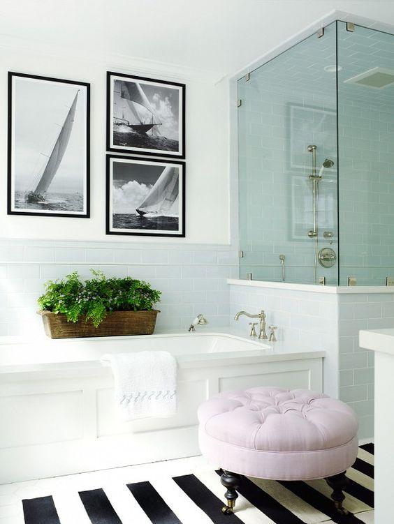biało czarne pasy na dywanie pasują do biało czarnych zdjeć i sprawiają że łazienka nabrała charakteru i stanowią trafione dekoracje do łazienki