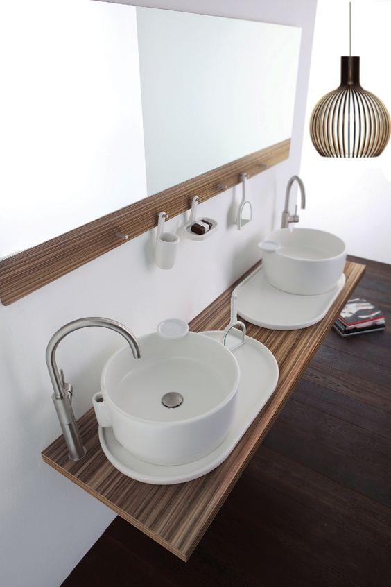 Baterie umywalkowe sztorcowe wysokie, zamontowane na blacie w jasnej łazience