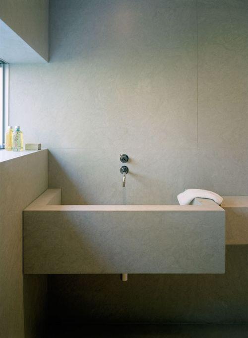 baterie umywalkowe dwutorowe podtynkowe zamontowana nad kamienna umywalką w łazience z oknem
